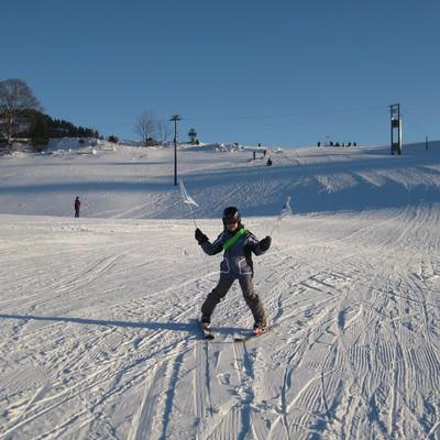 Skischüler beim Skifahren im sonnigen Amden