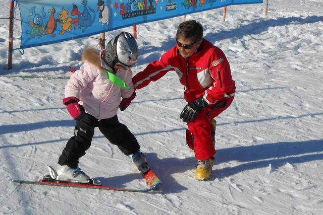 Skischülerin mit Skilehrerin im sonnigen Amden