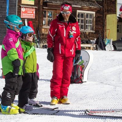 Skilehrerinnen mit Skischülern in Amden