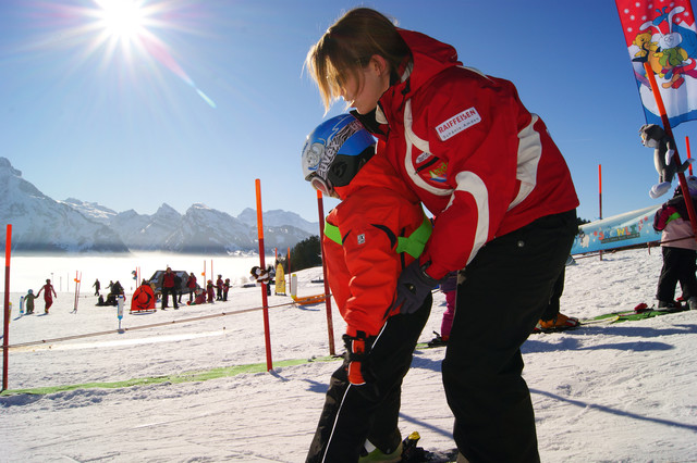 Skilehrerin mit Schüler im sonnigen Amden
