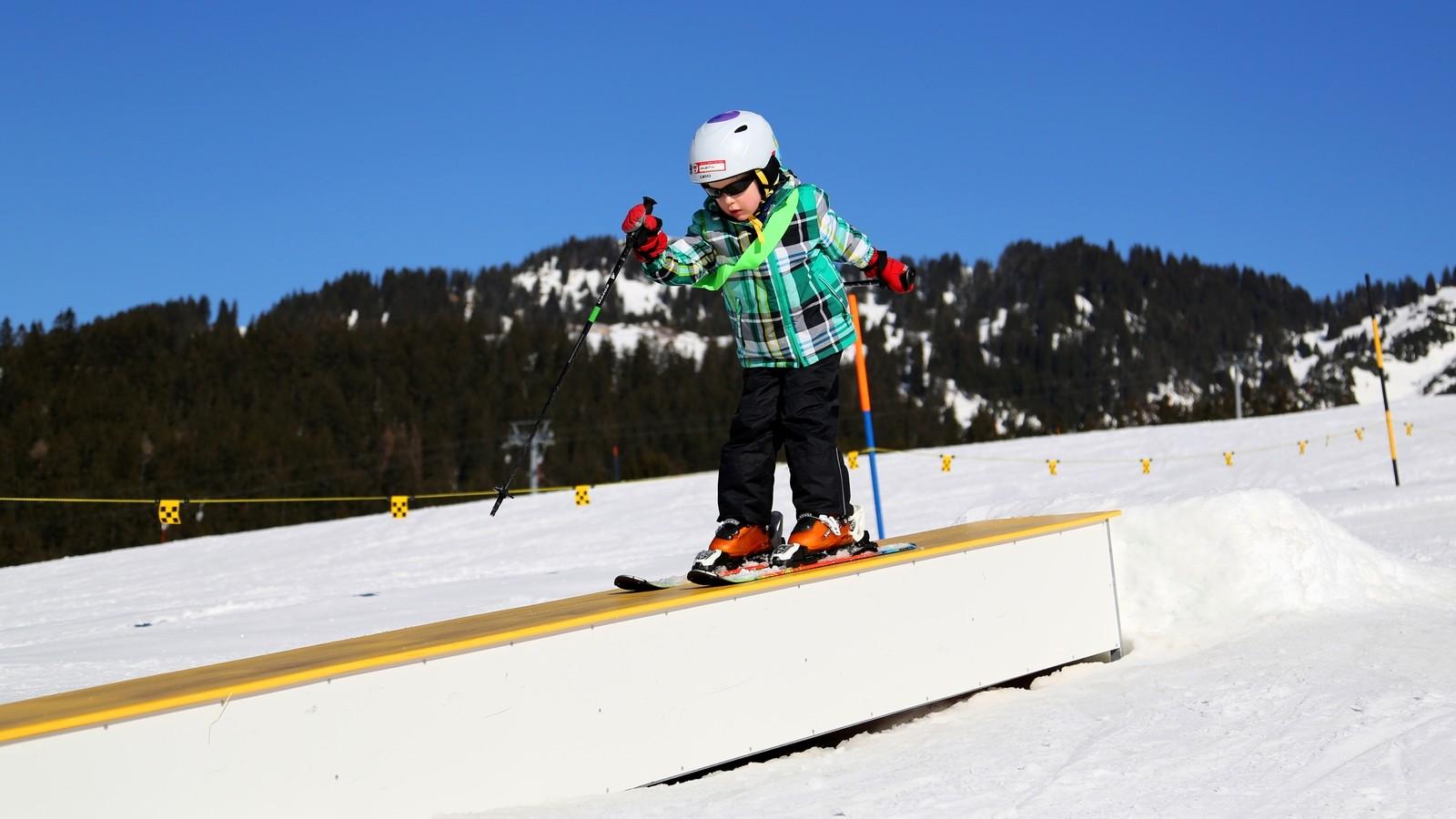 Skischüler im Snowpark im sonnigen Amden